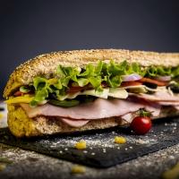 Сандвич шунка, бекон и кашкавал