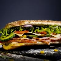 Сандвич свинско филе, бекон и кашкавал