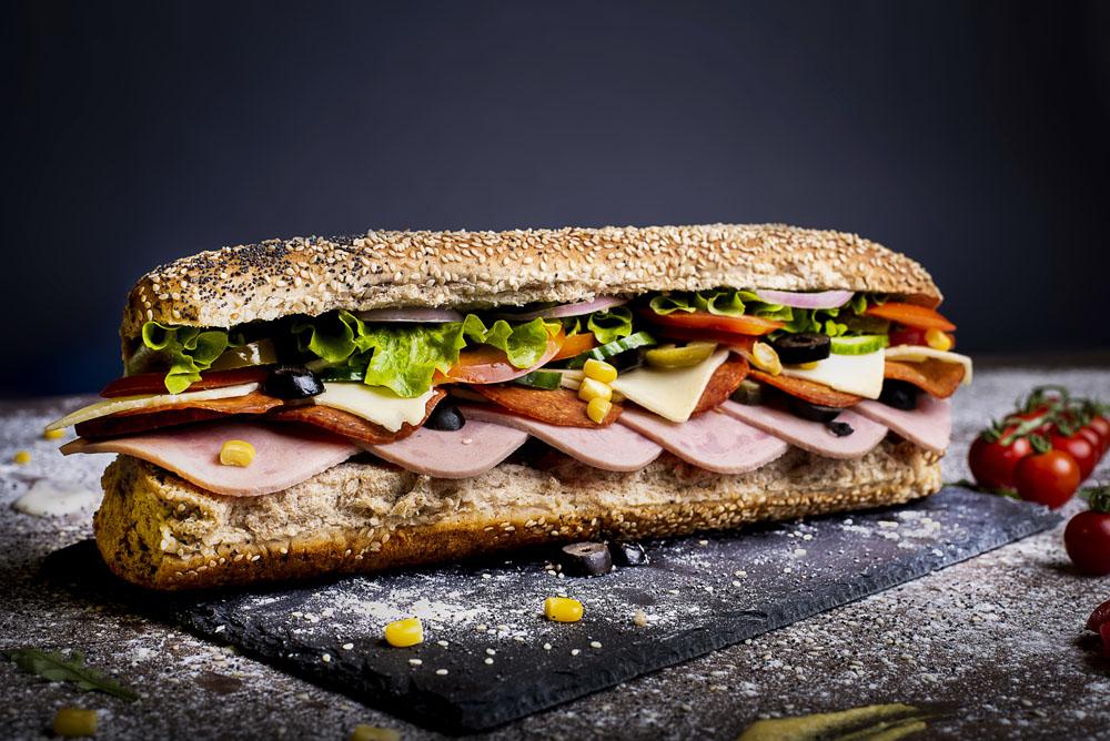 Сандвич пикантен салам, шунка и кашкавал