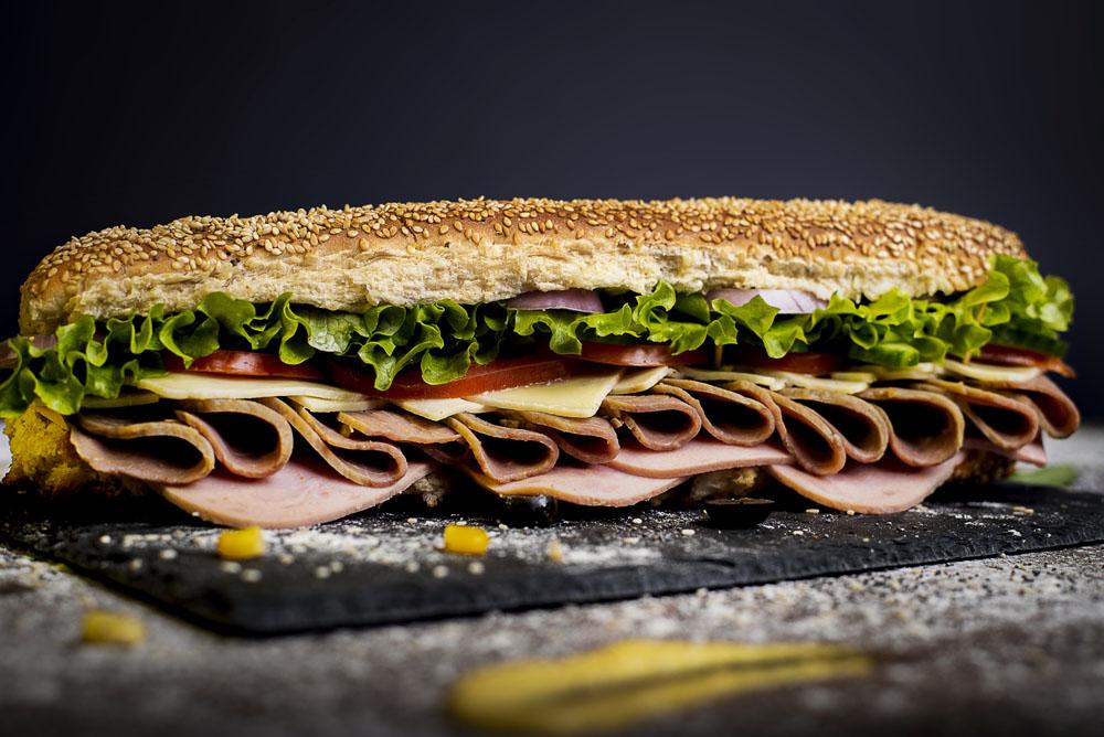 Сандвич телешко филе, шунка и кашкавал