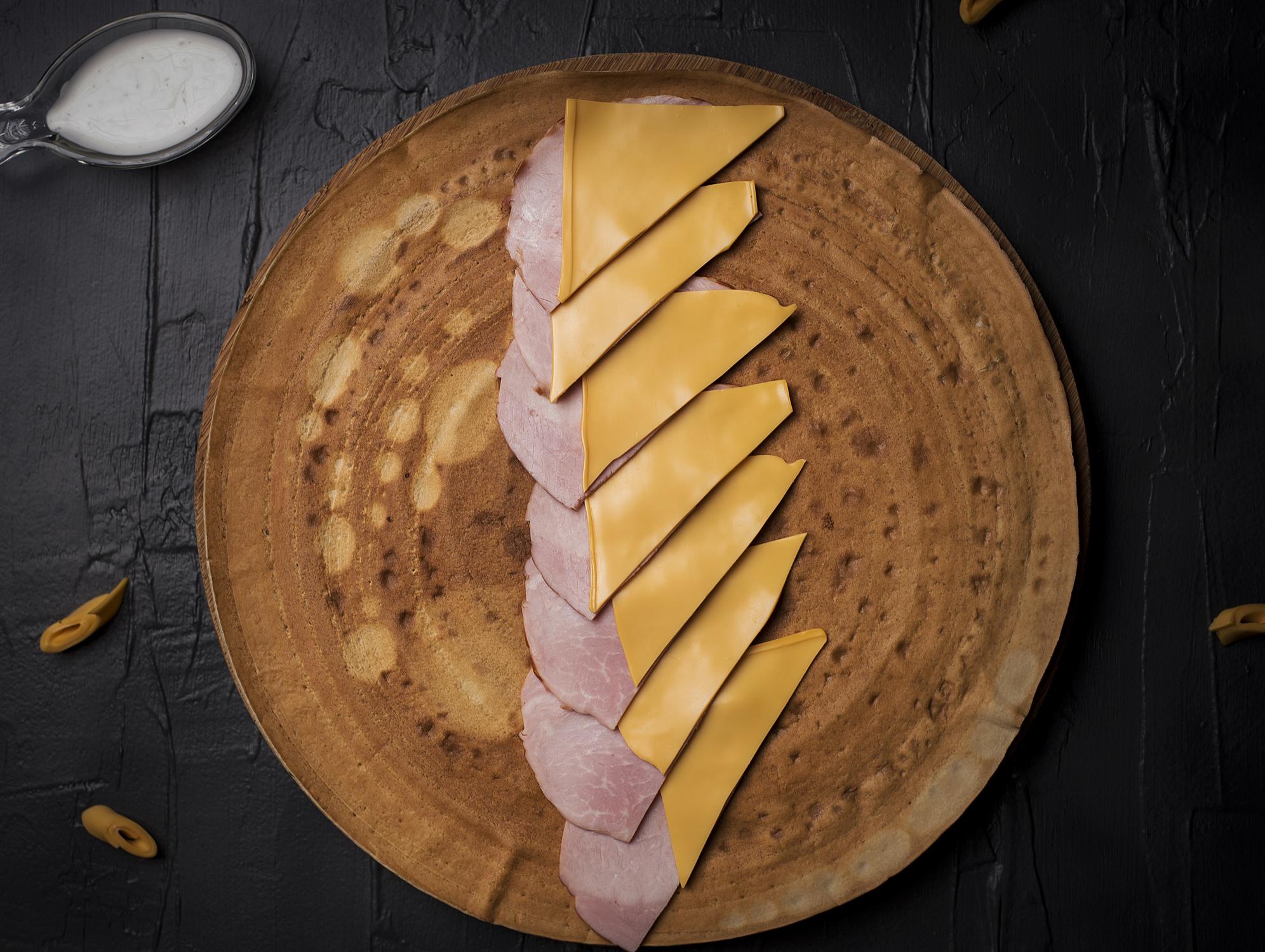 Палачинка със свинско филе и сирене чедър